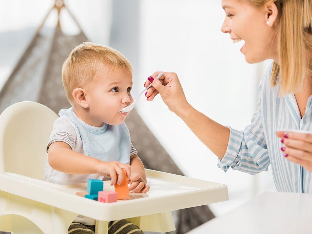 dieťa v detskej stoličke
