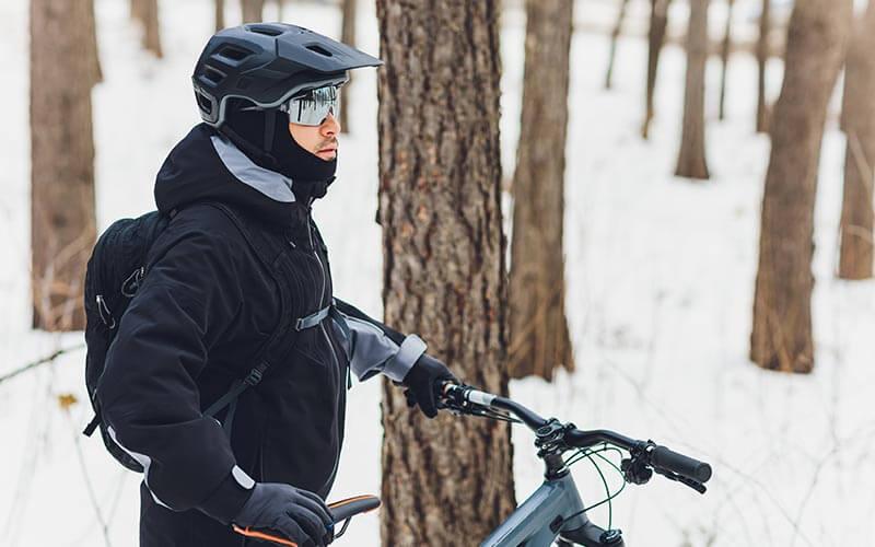 cyklista v snehu